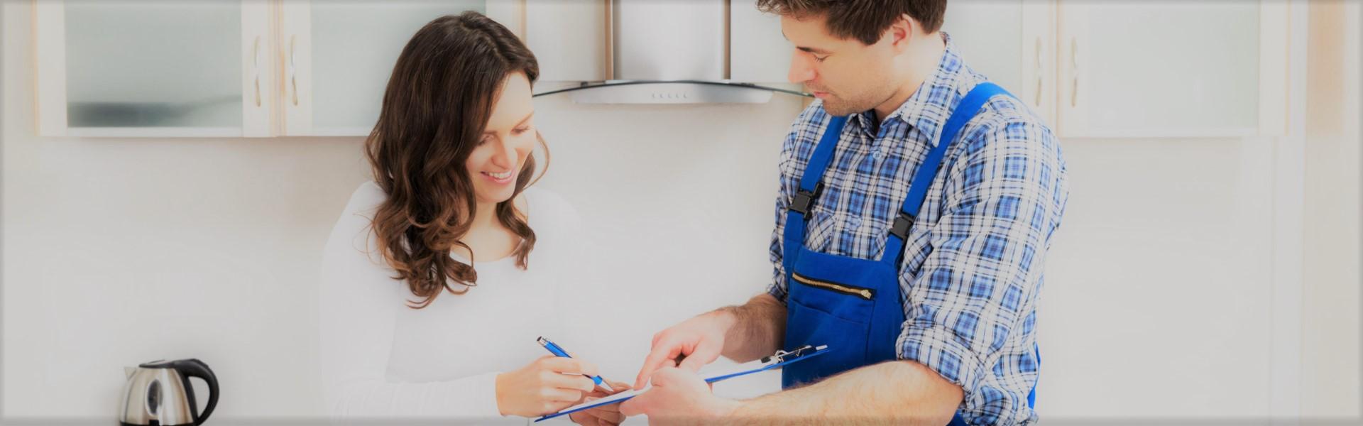 Femme signant les papiers du plombier