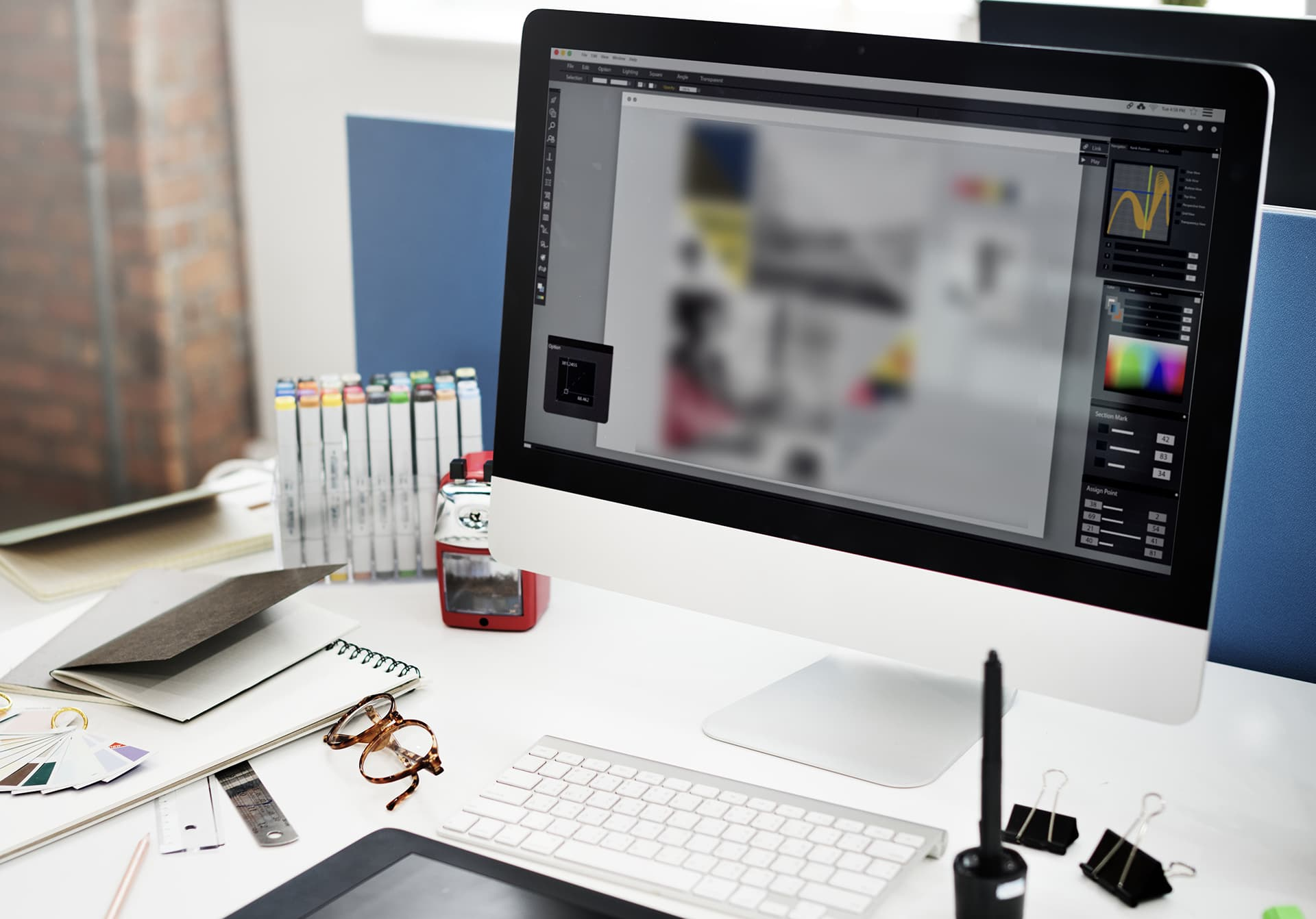 Bureau avec un ordinateur et une tablette graphique