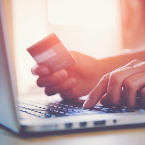 Personne avec une carte bancaire sur un site internet