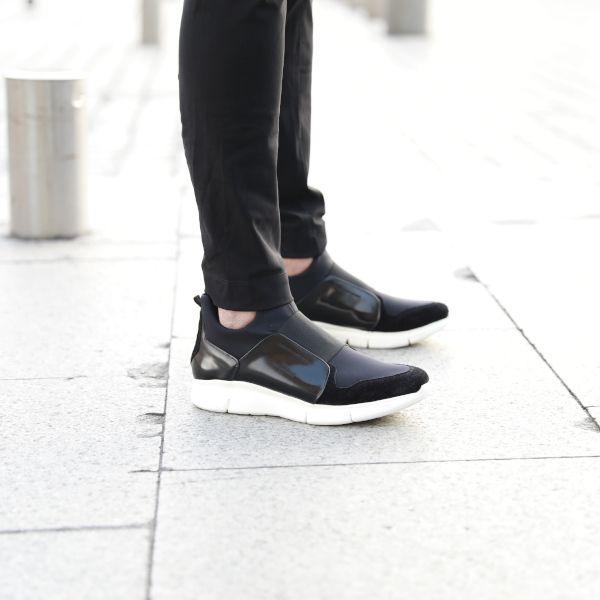 Personnes avec des chaussures Monderer dans la rue