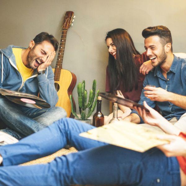 Groupe s'amusant dans un appartement